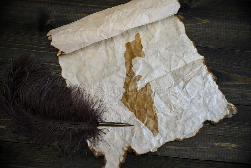 Карта Израиля на винтажной бумаге со старой ручкой на деревянном столе текстуры стоковое изображение rf