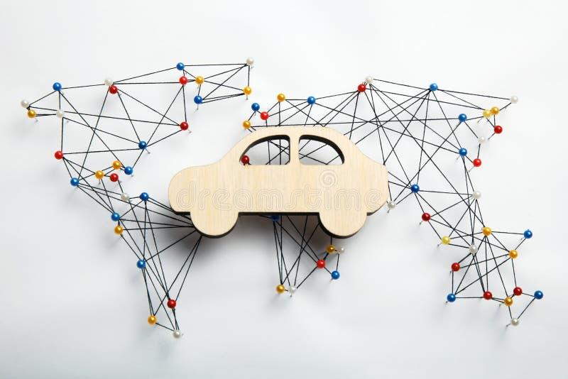 Карта инфраструктуры мира и деревянная диаграмма автомобиля стоковое фото rf