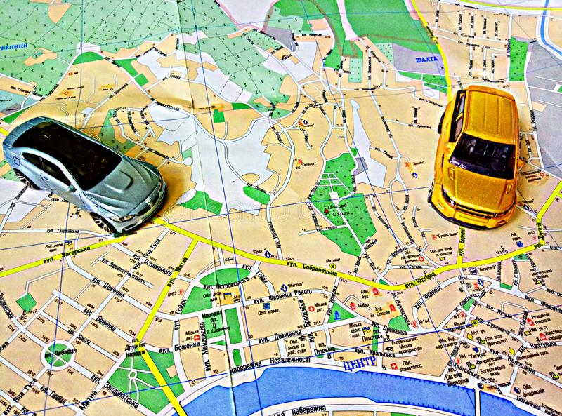 Карта и автомобили города на ей стоковое фото