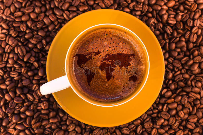 Карта мира на свежем эспрессо с красивым crema стоковые изображения