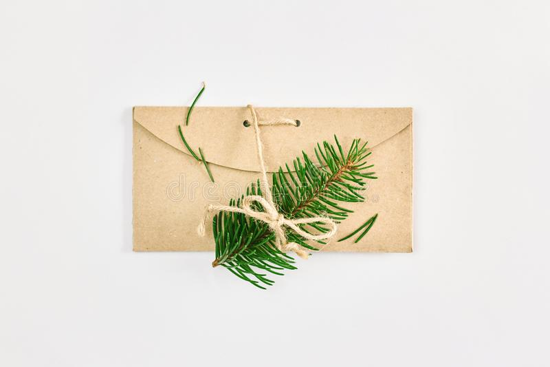 Карта рождества и Нового Года Ветви ели на конверте картона handmade над белой предпосылкой стоковое фото