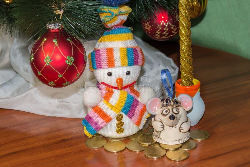Карта рождества и Нового Года с милой крысой и снеговиком Символ орнаментов года на китайском календаре съел в стоковая фотография