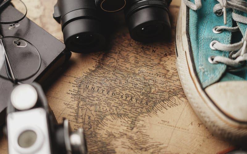 Карта Соединенных Штатов Америки между аксессуарами путешественника на старой винтажной карте Предпосылка концепции перемещения стоковое изображение rf