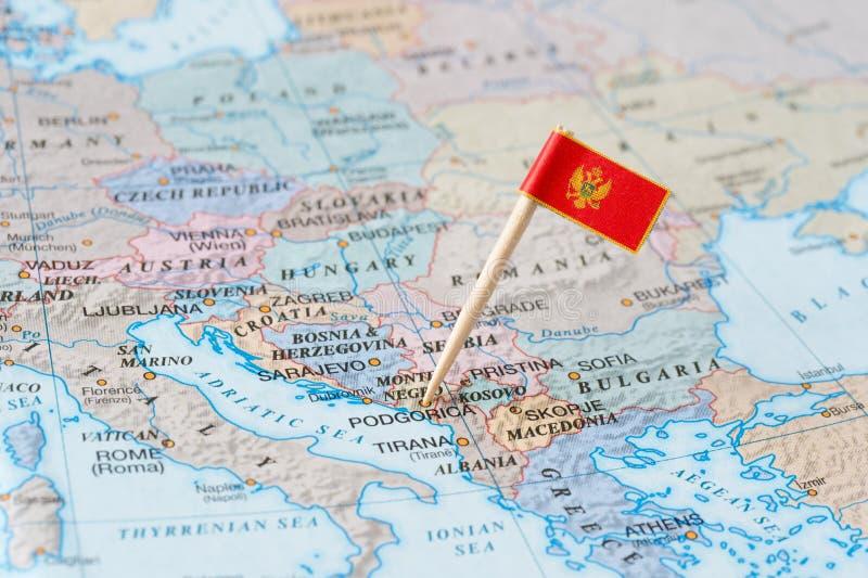 Карта Черногории и штырь флага стоковое изображение rf