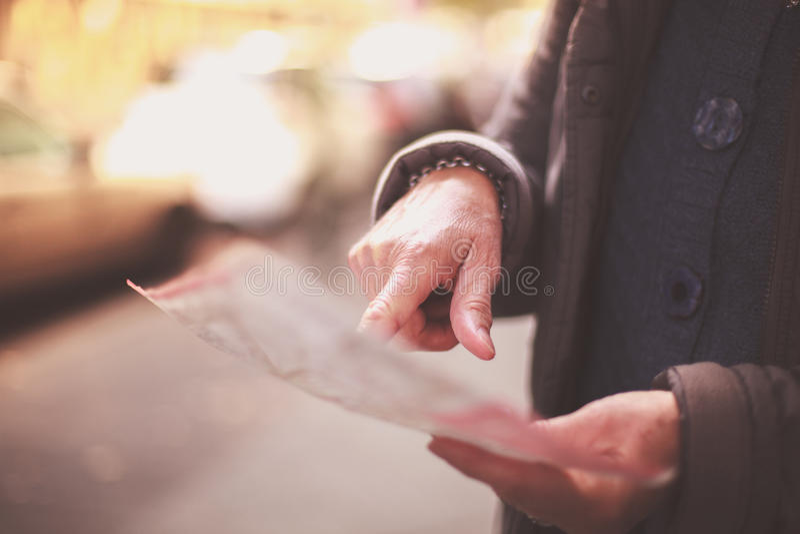 Карта чтения старухи в улице стоковая фотография rf