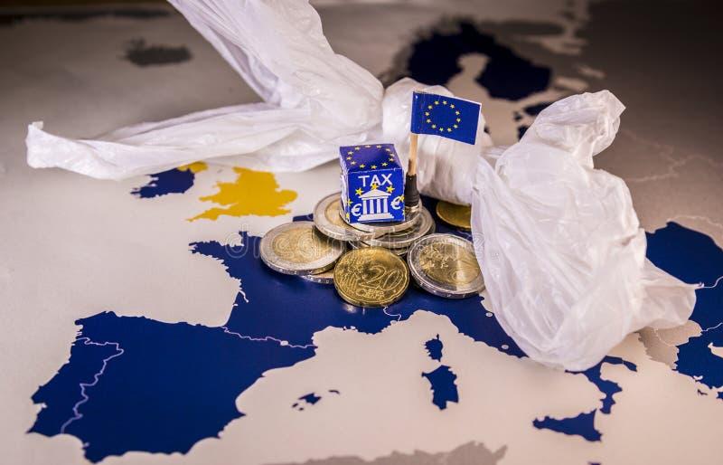 Карта EC с монетками евро и полиэтиленовый пакет символизируя европейскую пластичную регулировку налога стоковое изображение rf