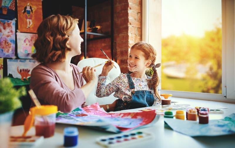 Картина дочери матери и ребенка рисует в творческих способностях в детском саде стоковое фото rf