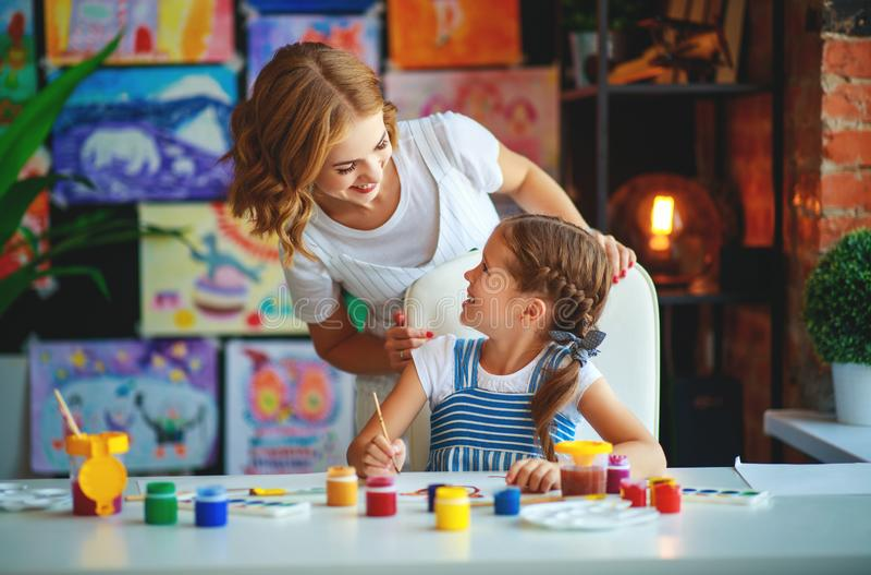 Картина дочери матери и ребенка рисует в творческих способностях в детском саде стоковая фотография
