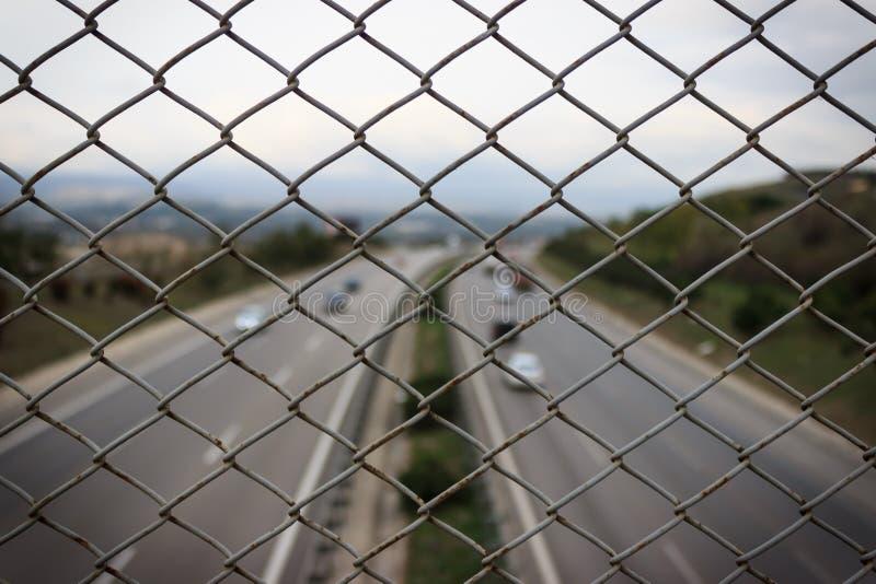 Картина загородки ячеистой сети Ландшафт шоссе на предпосылке стоковые изображения