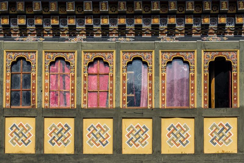 Картина и древесина работают окна на Tashi Cho Dzong, Тхимпху, Bhut стоковое изображение rf