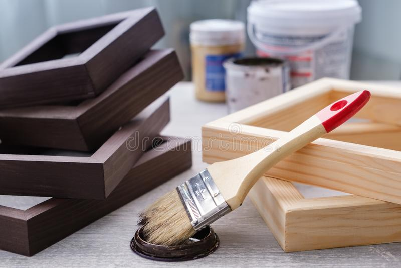Картина коричневого цвета на деревянных рамах используется для художественных картин, фотографий и других визуальных работ Кисть, стоковая фотография rf