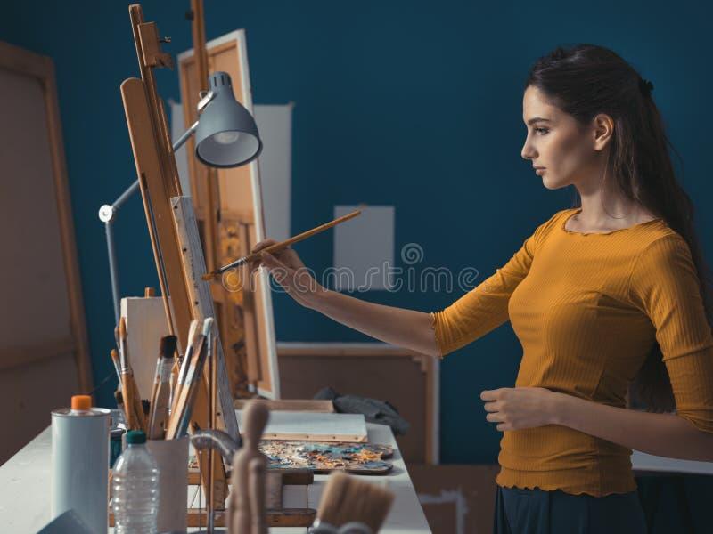 Картина молодой женщины в студии стоковые фото