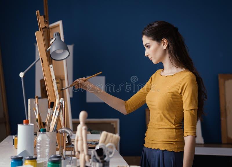 Картина молодой женщины в студии стоковое фото rf