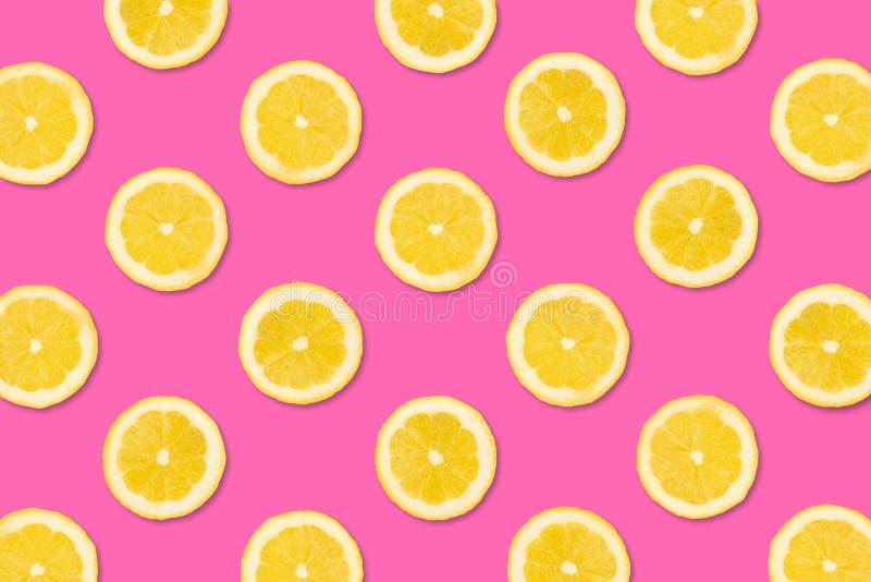 Картина плодоовощ кусков лимона на предпосылке пастельного пинка стоковое изображение rf
