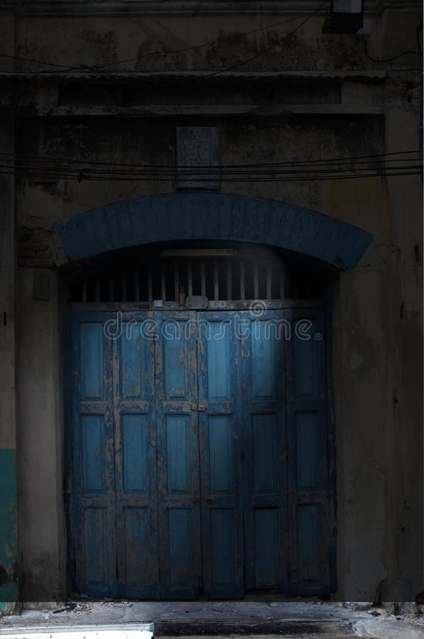 Картина, предпосылка и текстура дверей старого аккордеона деревянных покрасили голубой цвет стоковые изображения