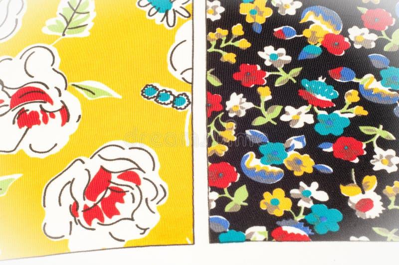 Картина предпосылки текстуры Silk ткань, цветочный узор на yel стоковая фотография