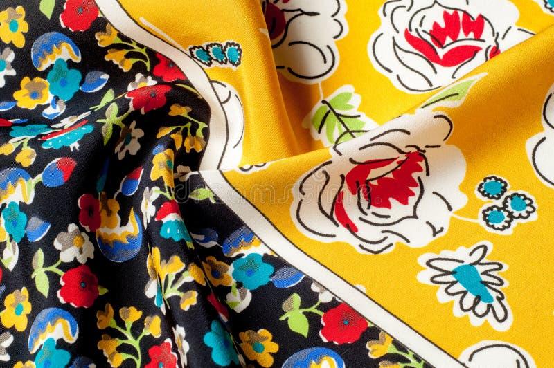 Картина предпосылки текстуры Silk ткань, цветочный узор на yel стоковые фото