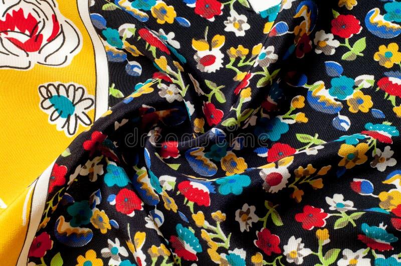 Картина предпосылки текстуры Silk ткань, цветочный узор на yel стоковое изображение