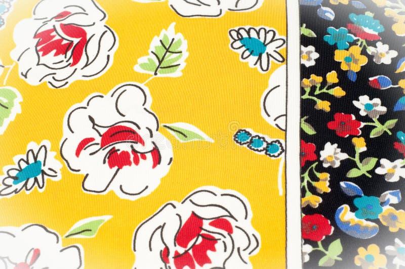Картина предпосылки текстуры Silk ткань, цветочный узор на yel стоковые изображения rf