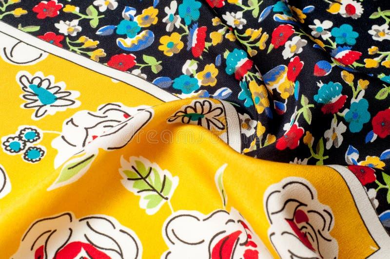 Картина предпосылки текстуры Silk ткань, цветочный узор на yel стоковая фотография rf