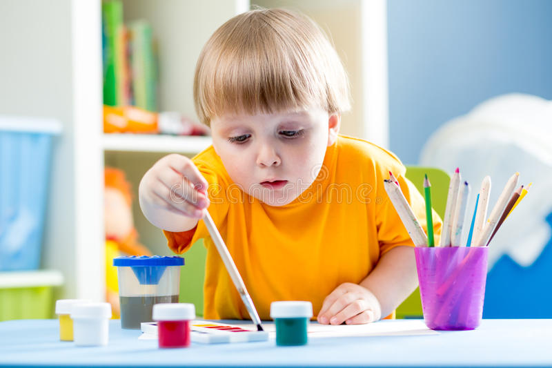 Картина ребенк на таблице в комнате детей стоковая фотография