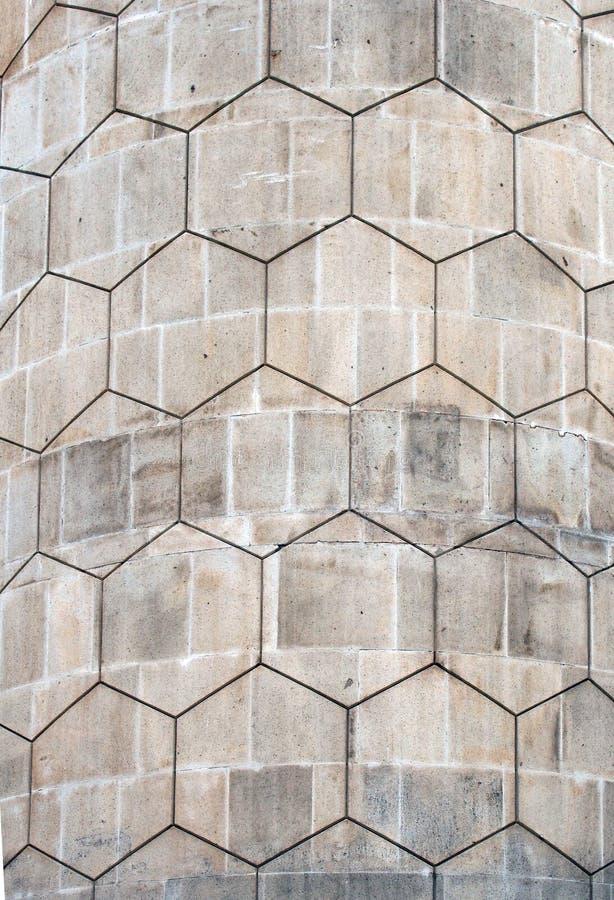 Картина серого полигона шестиугольная на старой изогнутой стене экстерьера бетонной плиты стоковое фото rf