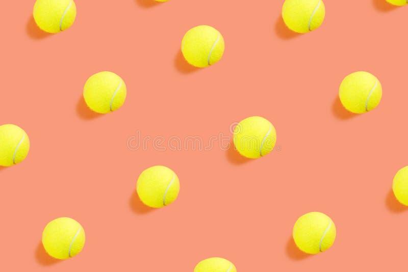 Картина теннисного мяча на оранжевом коралле стоковое изображение rf