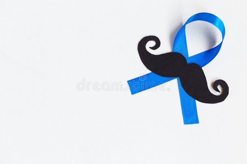 Картина усика с символом голубой ленты концепция movember стоковые фотографии rf