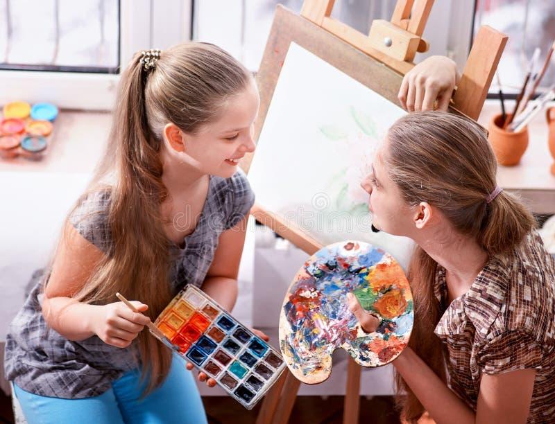 Картина художника на мольберте в студии Подлинные краски детей стоковые фотографии rf