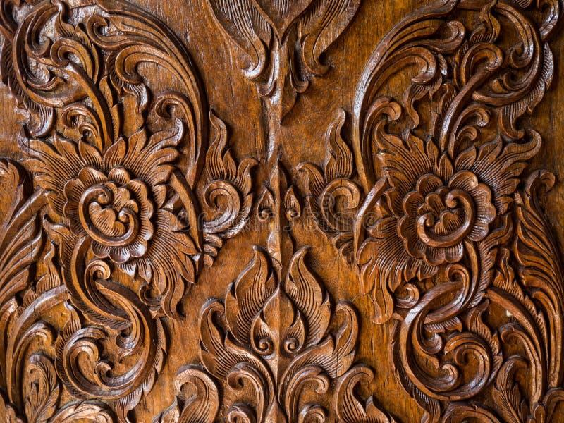 Картина цветка высекла на древесине, тайском стиле стоковое изображение