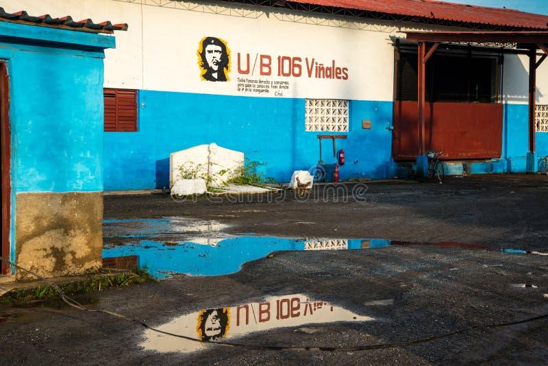 Картина Че Гевара на старой стене здания стоковые изображения
