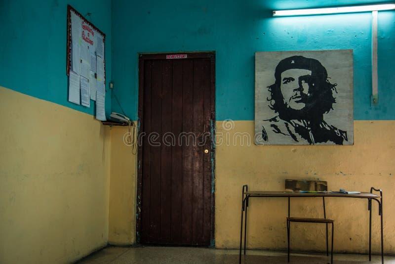 Картина Че Гевара на старой стене здания стоковая фотография rf