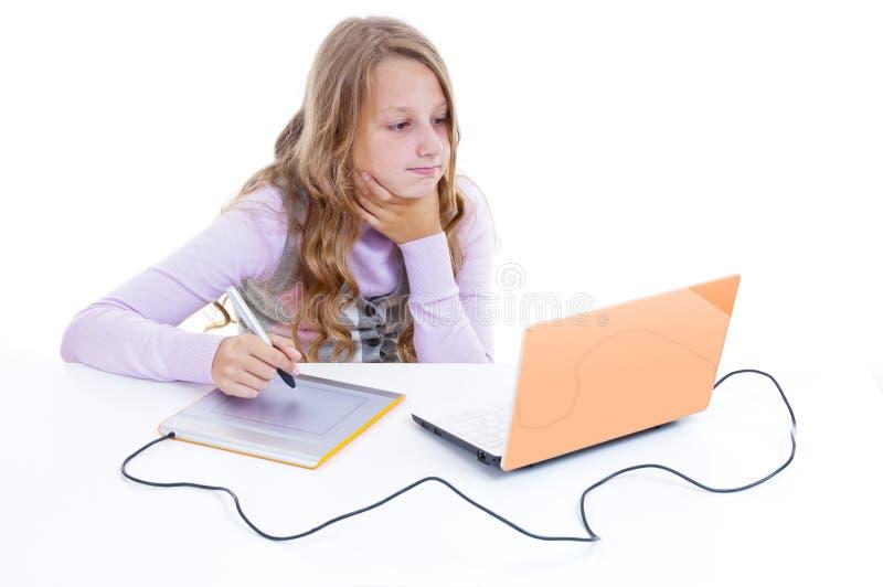 Картина школьницы с цифрователем стоковое фото rf