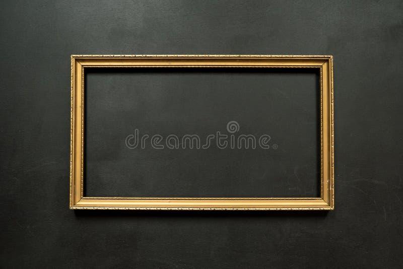 Картинная рамка горизонтального золота тонкая на черноте стоковое изображение rf