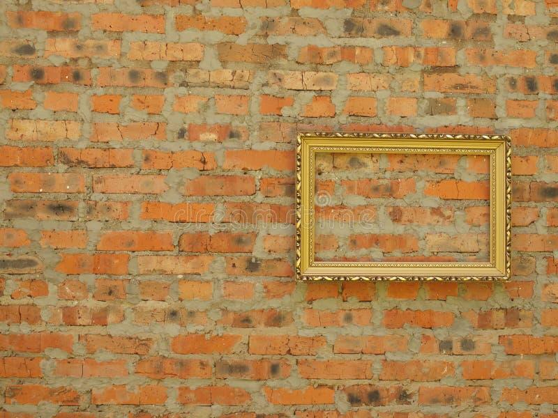 Картинная рамка от багета на предпосылке старой кирпичной стены стоковые фото