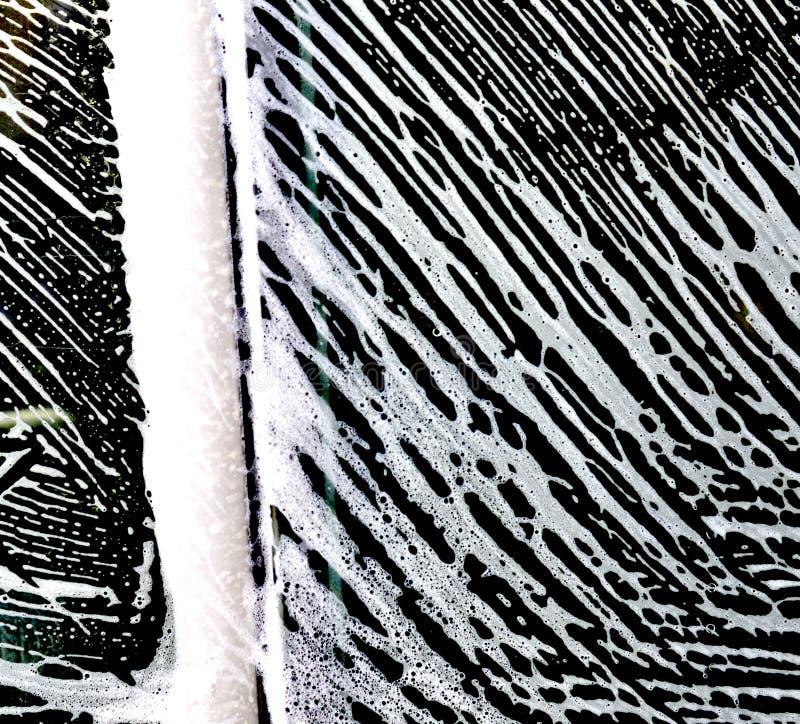 картины пены мойки на окне автомобиля стоковое изображение rf