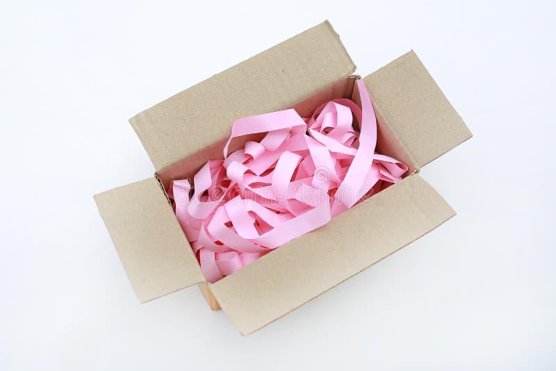 Картонная коробка открытой коробки рифленая с предотвратить bumping изолированная бумага на белой предпосылке стоковые изображения rf