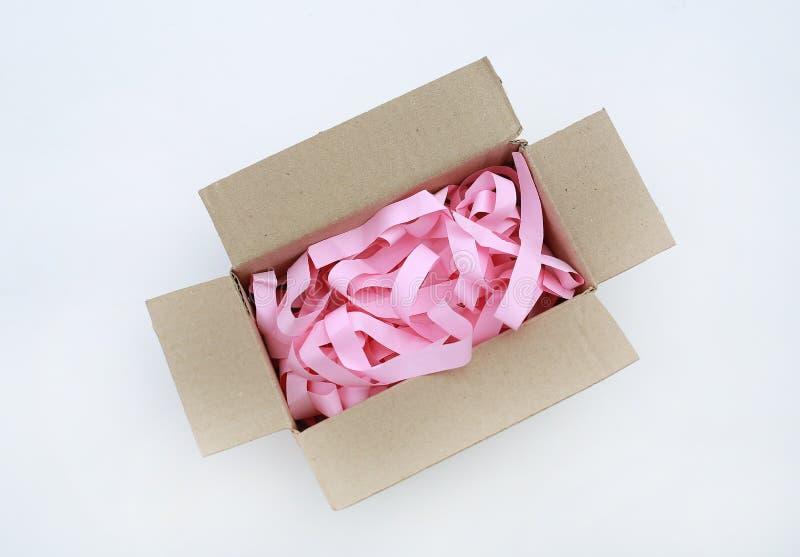 Картонная коробка открытой коробки рифленая с предотвратить bumping изолированная бумага на белой предпосылке стоковая фотография rf