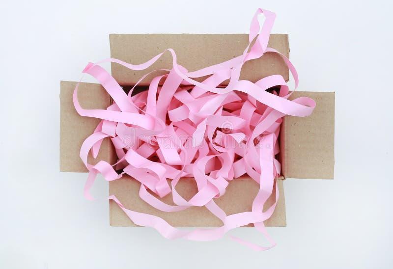 Картонная коробка открытой коробки рифленая с предотвратить bumping изолированная бумага на белой предпосылке r стоковое изображение