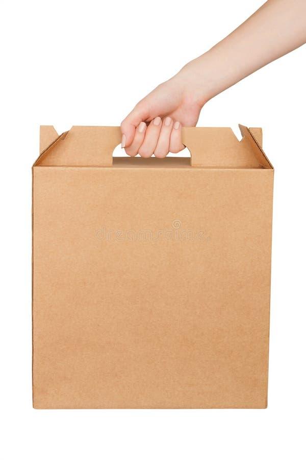 Картонная коробка пробела владением руки женщины изолированная на бе стоковые фото
