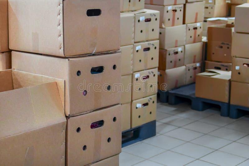 Картонные коробки в стогах в объекте хранения стоковые изображения