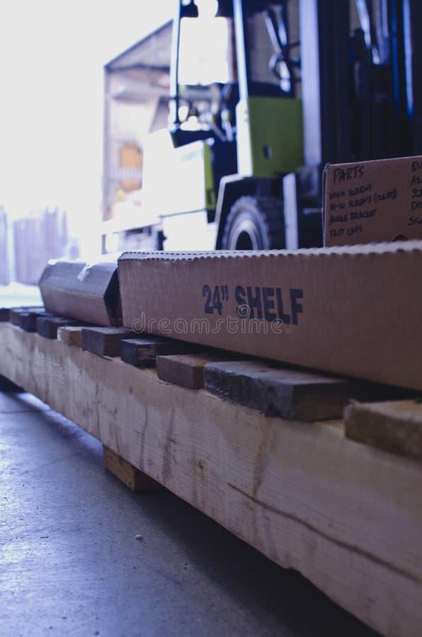 Картонные коробки на паллете в длинном складе стоковая фотография rf