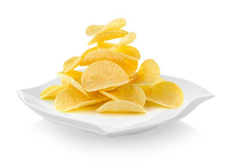 Картофельные стружки в форме плиты красивой на белой предпосылке стоковые фотографии rf