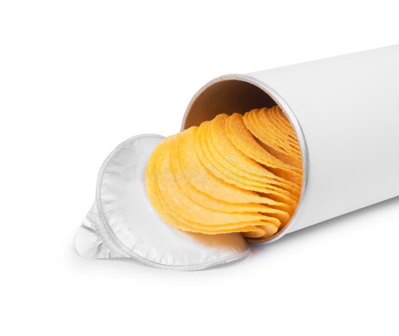Картофельные стружки в цилиндрическом конце-вверх пакета изолированные на белизне стоковое изображение rf