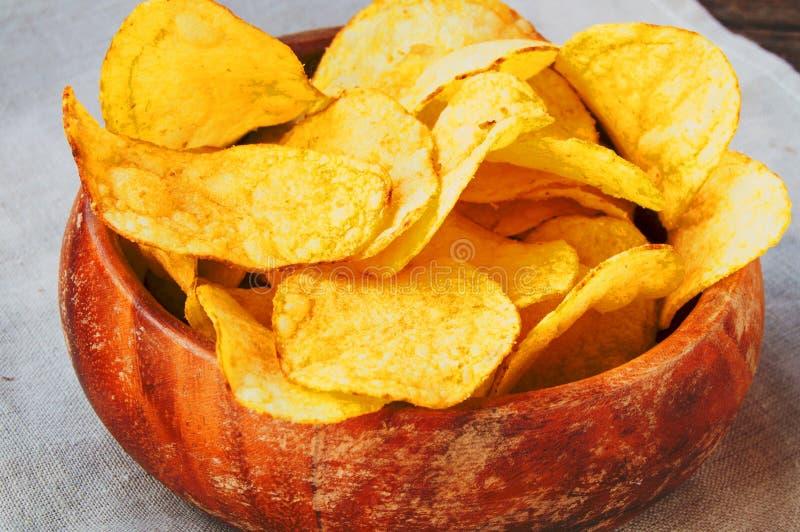 Картофельные чипсы  Ð очень вкусные хрустящие в старом деревянном шаре стоковое фото