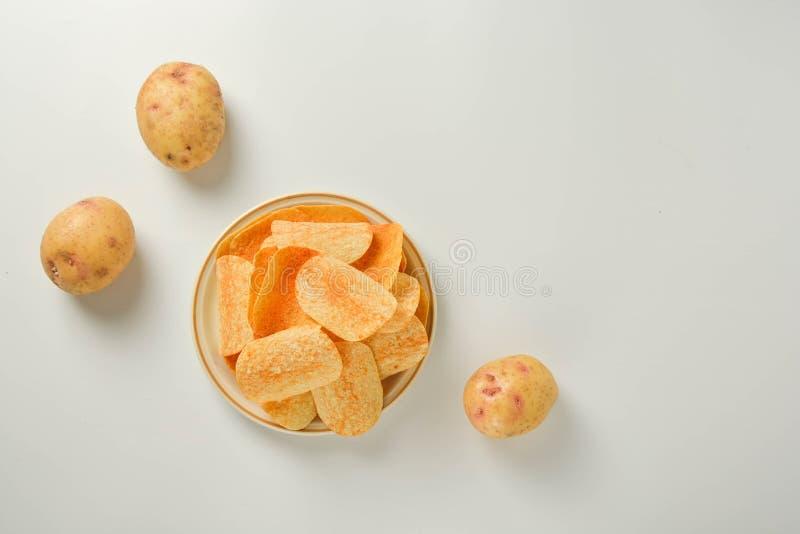Картофельные чипсы в плите изолированной на белой предпосылке Закуска фаст-фуда стоковая фотография rf