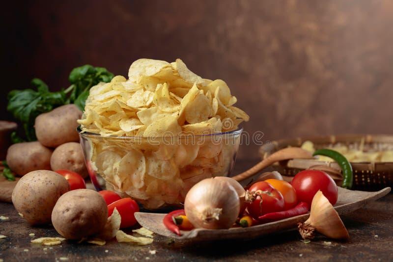 Картофельные чипсы с овощами и специями стоковая фотография