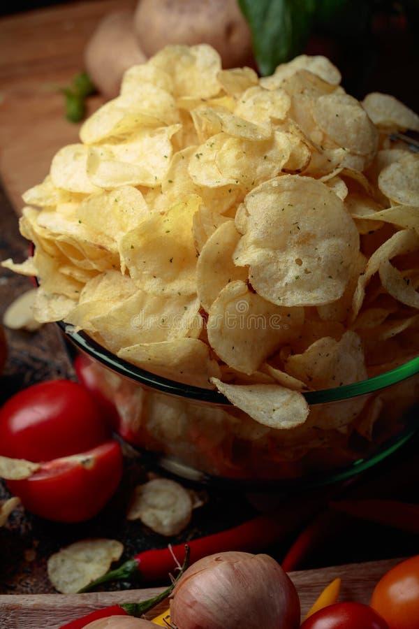 Картофельные чипсы с овощами и специями стоковые фото