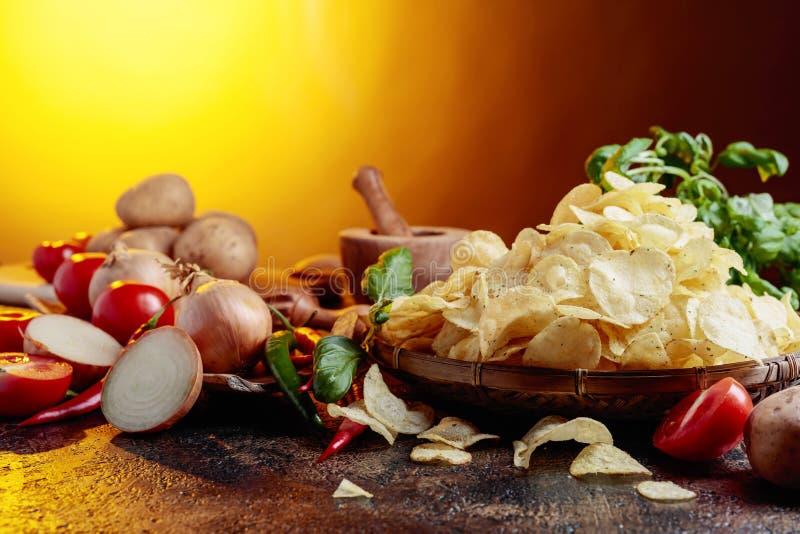Картофельные чипсы с овощами и специями стоковые изображения rf