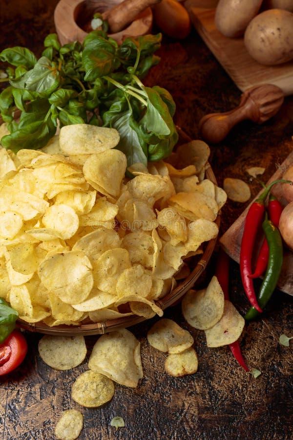 Картофельные чипсы с овощами и специями стоковое изображение
